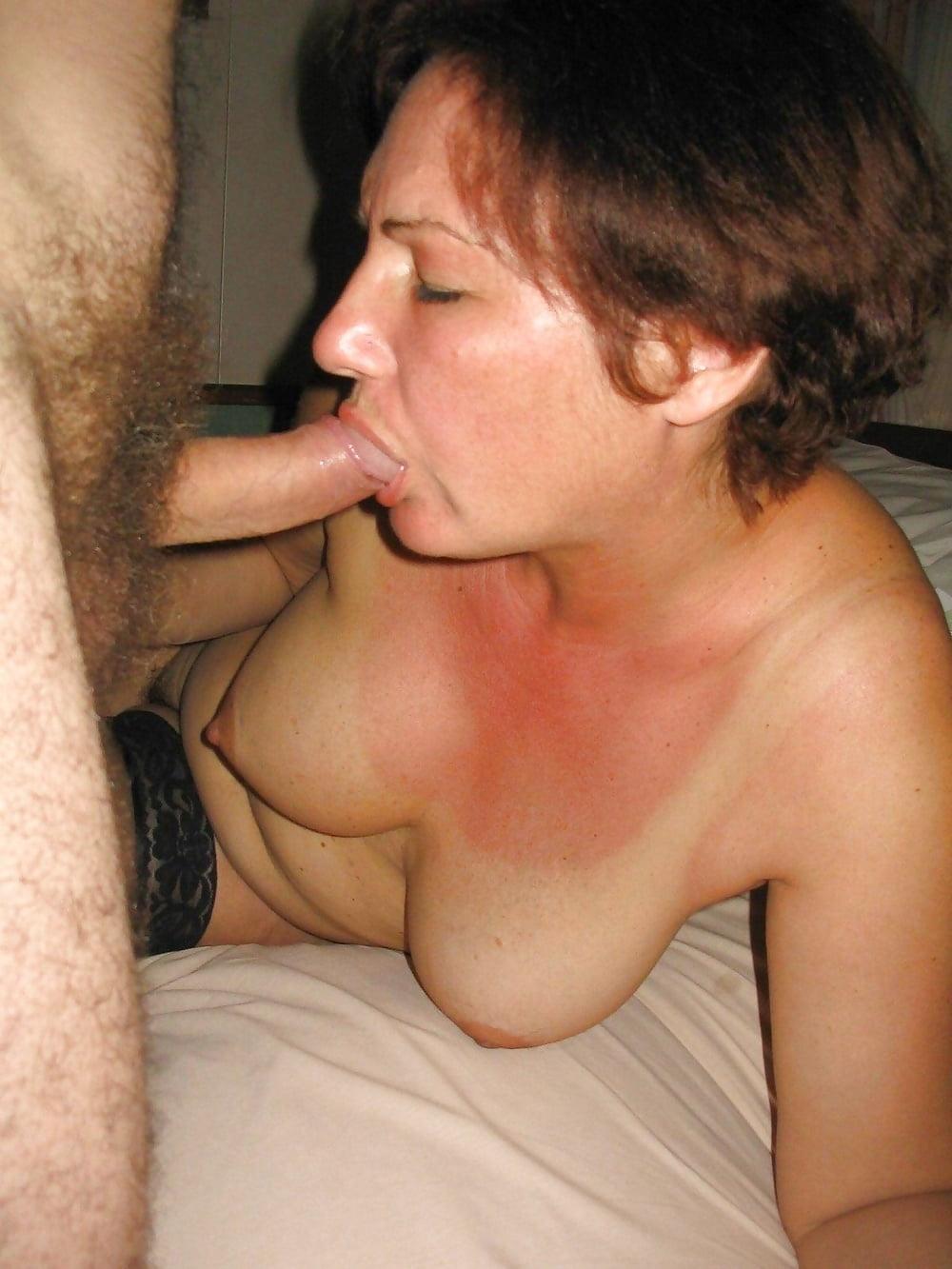 Супруга голая сосет хуй фото минет ванна