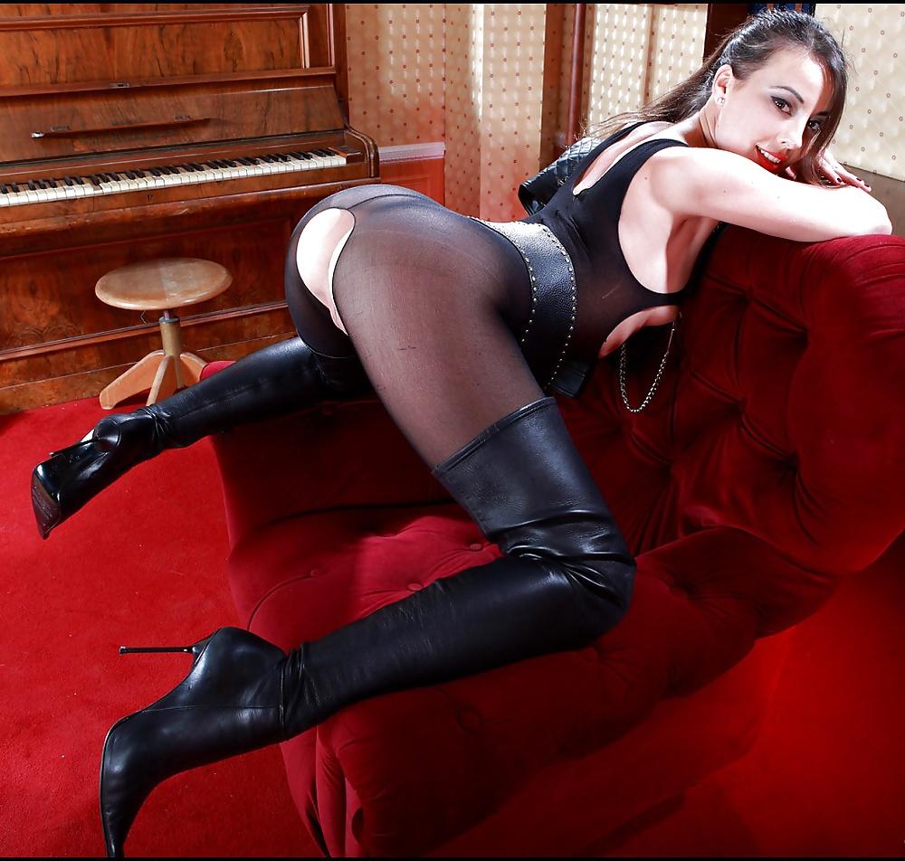 Syren demer in black high heels exposes her body