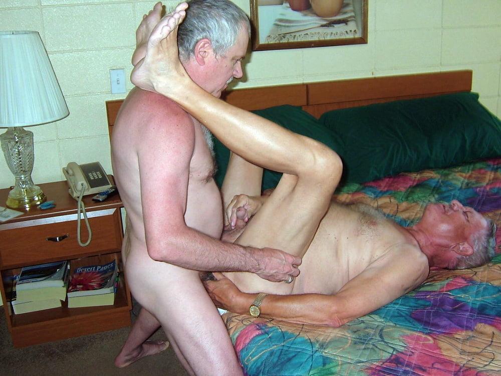Молодых секс пожилых мужчина с мужчиной минет онлайн