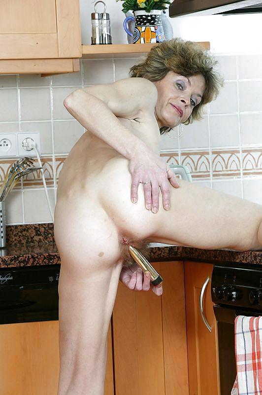 Душевой кабине зрелая тетя ласкает себя на кухне видео