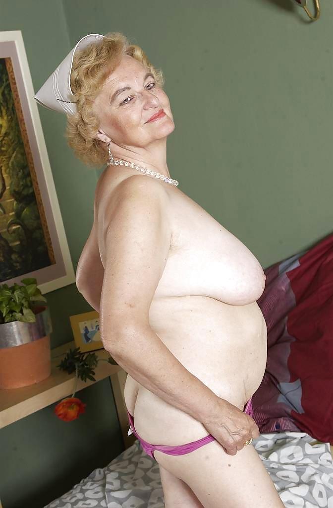 Кончают девушки старушки снимают одежду