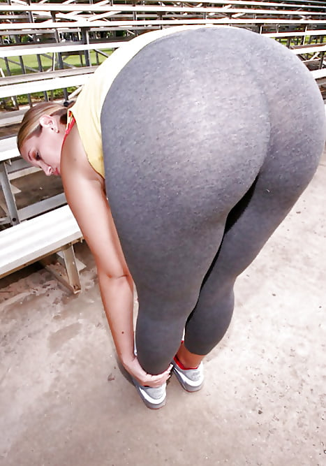 Sexy chubby women in yoga pants — photo 1
