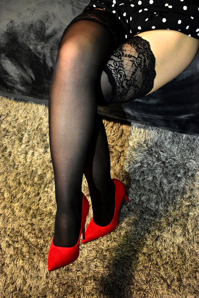 Redhead wife with black stockings and red high heels - 8 Pics