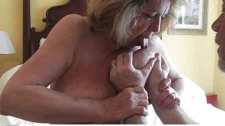 Can women lick own nipple
