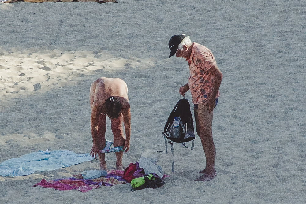 Naked old men on the beach-8033