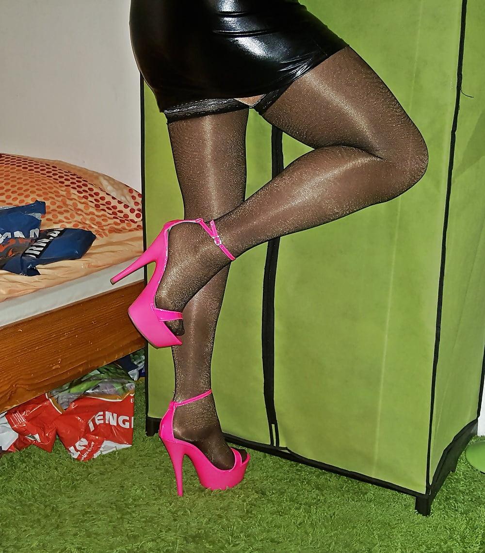 Транс в черных колготках дрочит — photo 13