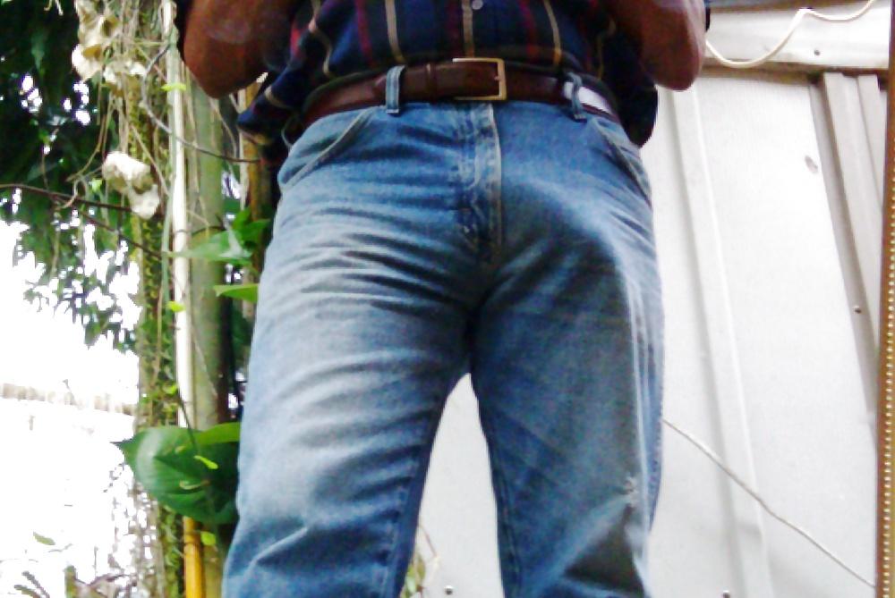 Член торчит через штаны