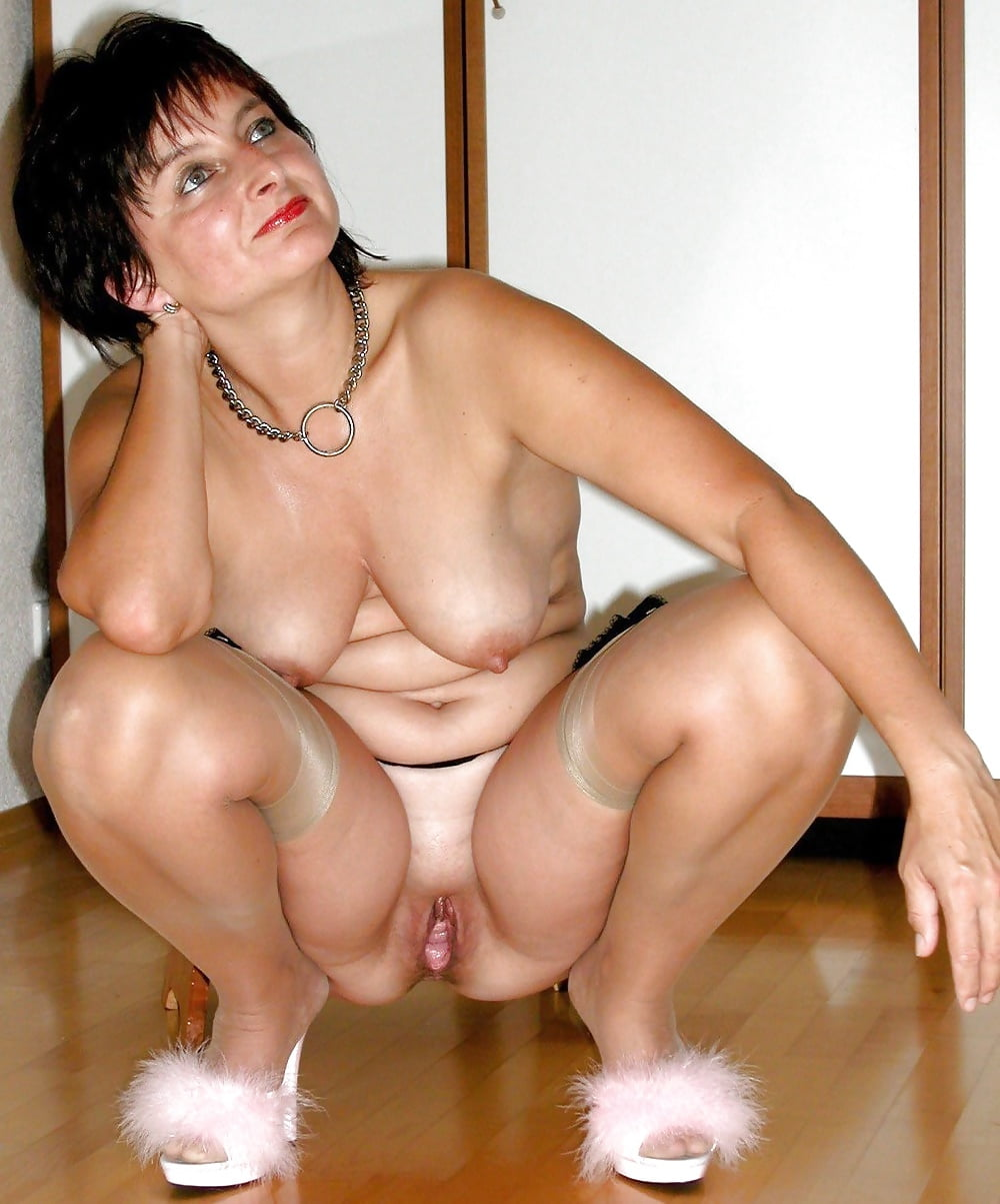 mature-squatting-in-the-nude