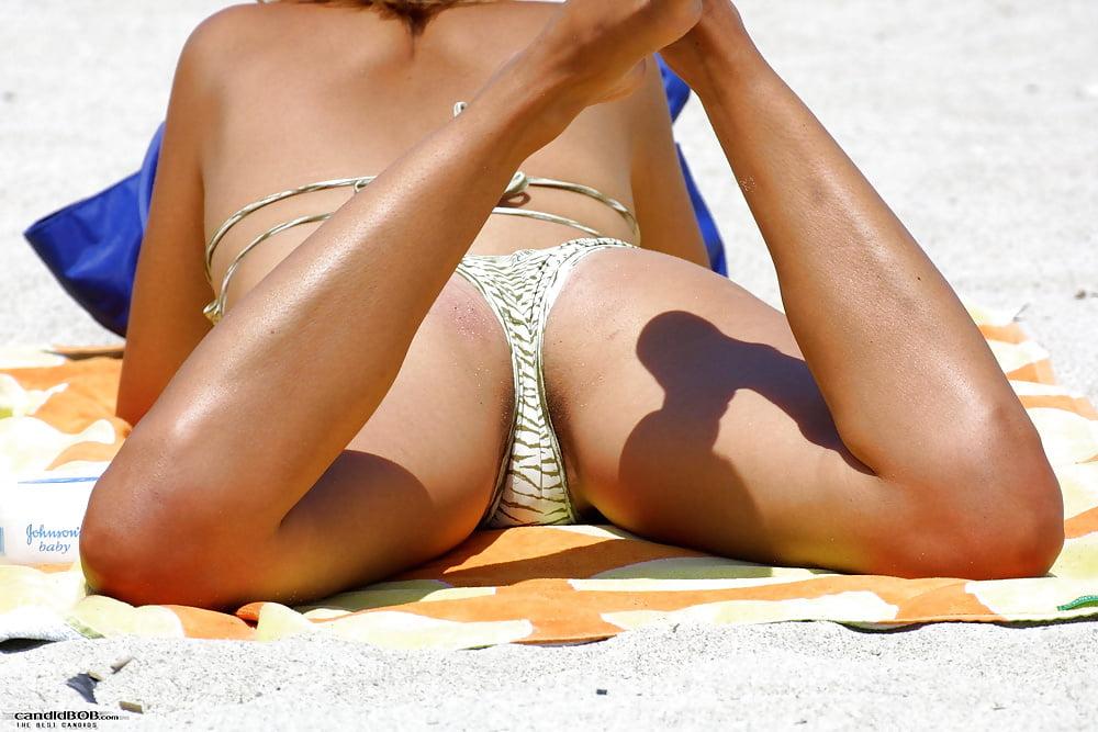 Free upskirt on the beach — photo 9