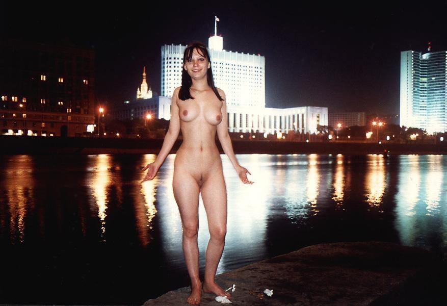golie-devushki-na-naberezhnoy-video