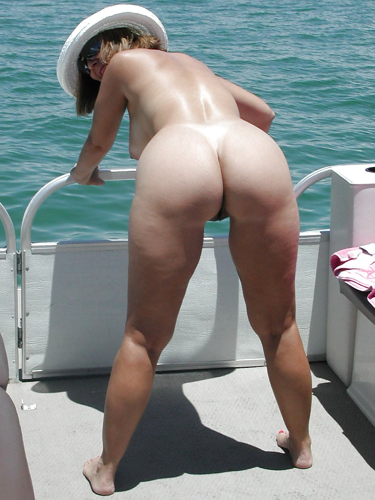 Big booty on nude beach — img 4