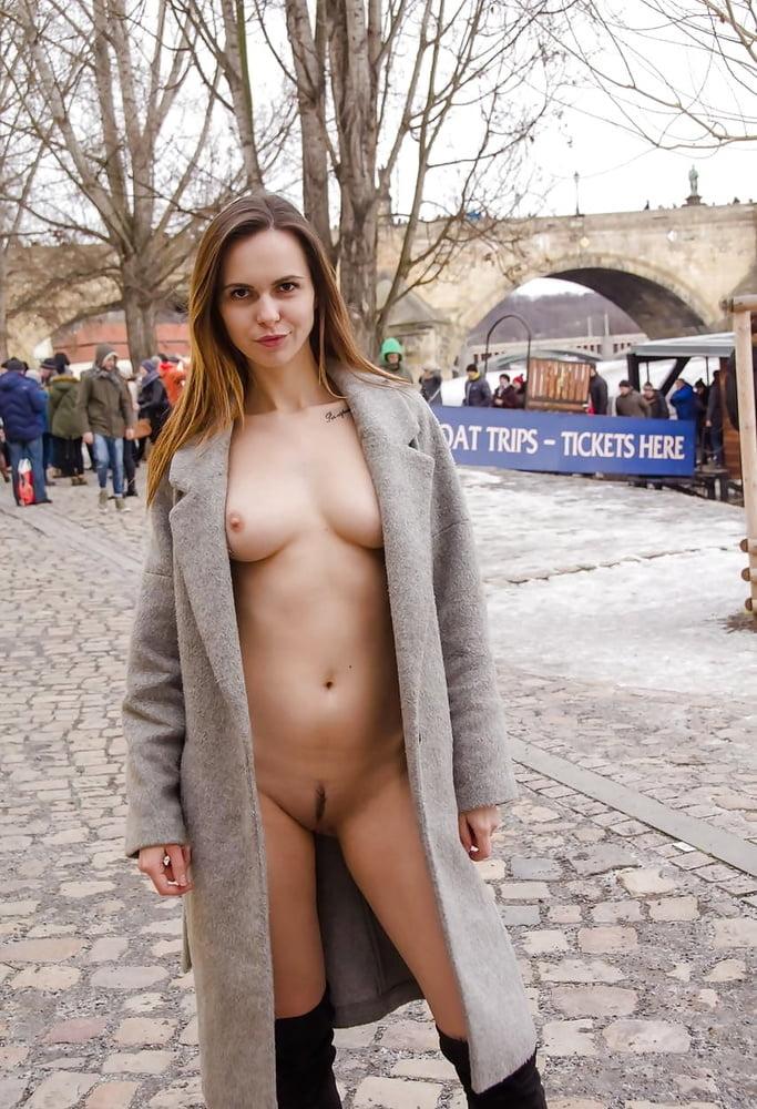 Weibliche öffentliche nacktheit
