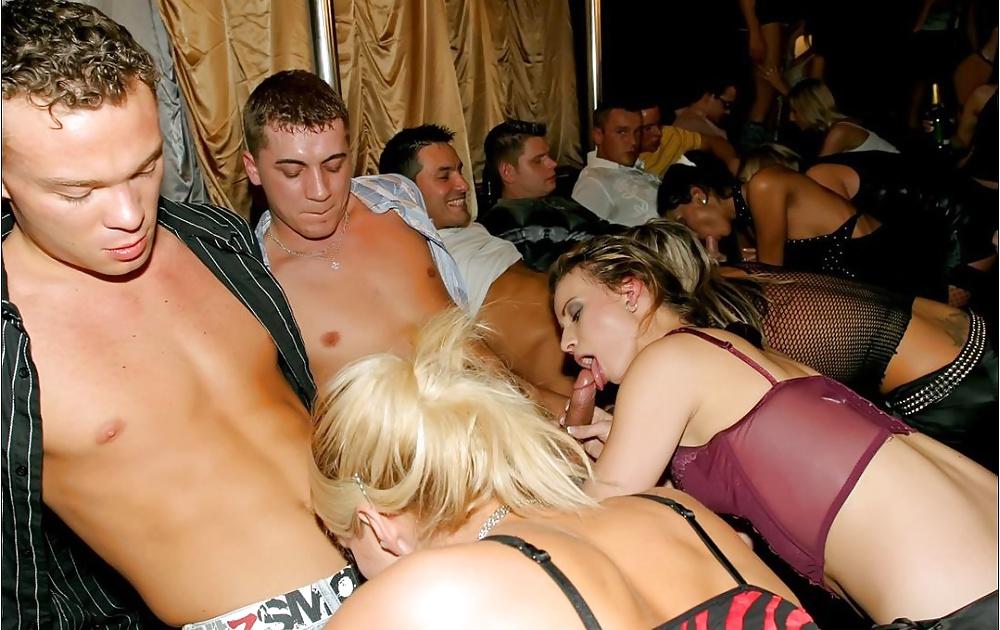 мамочки сосут в ночном клубе - 3