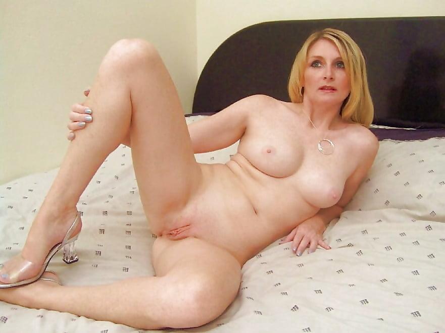 mommas-nude-caught-naked-on-toilet