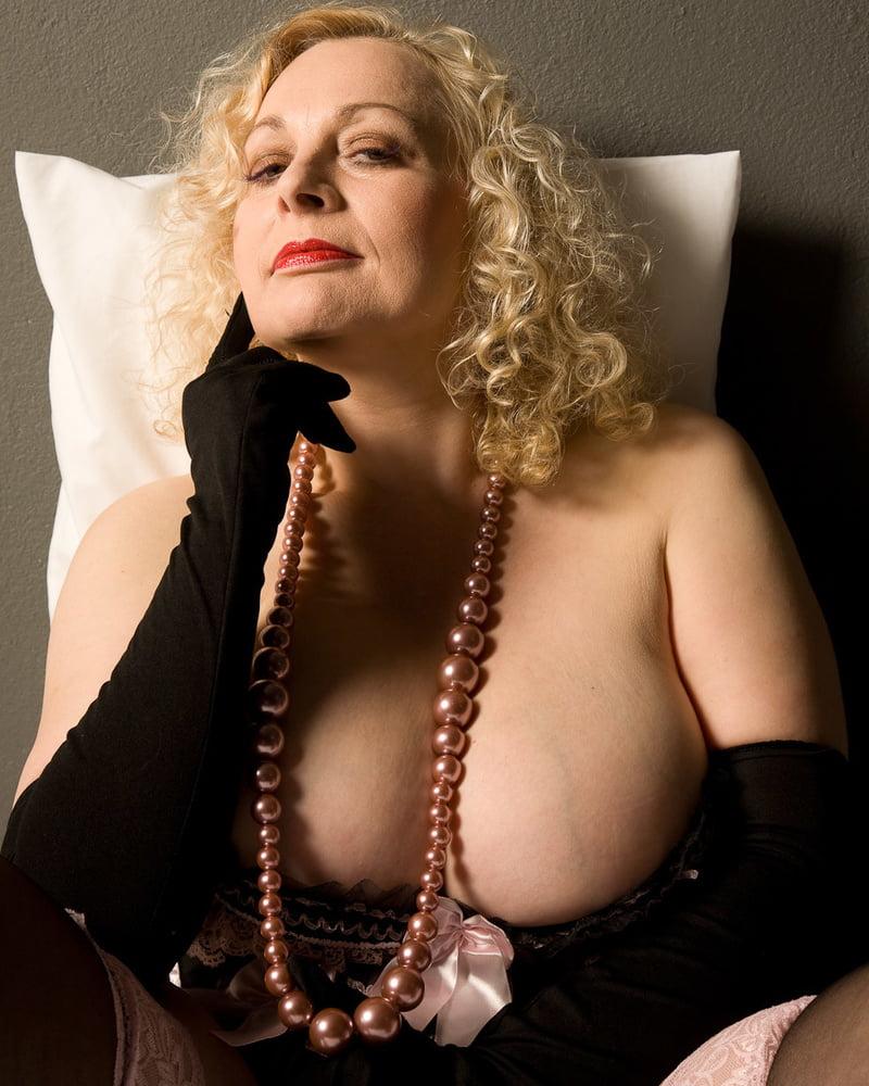 video-golaya-madam-eroticheskoe-foto-krasivoe-sado