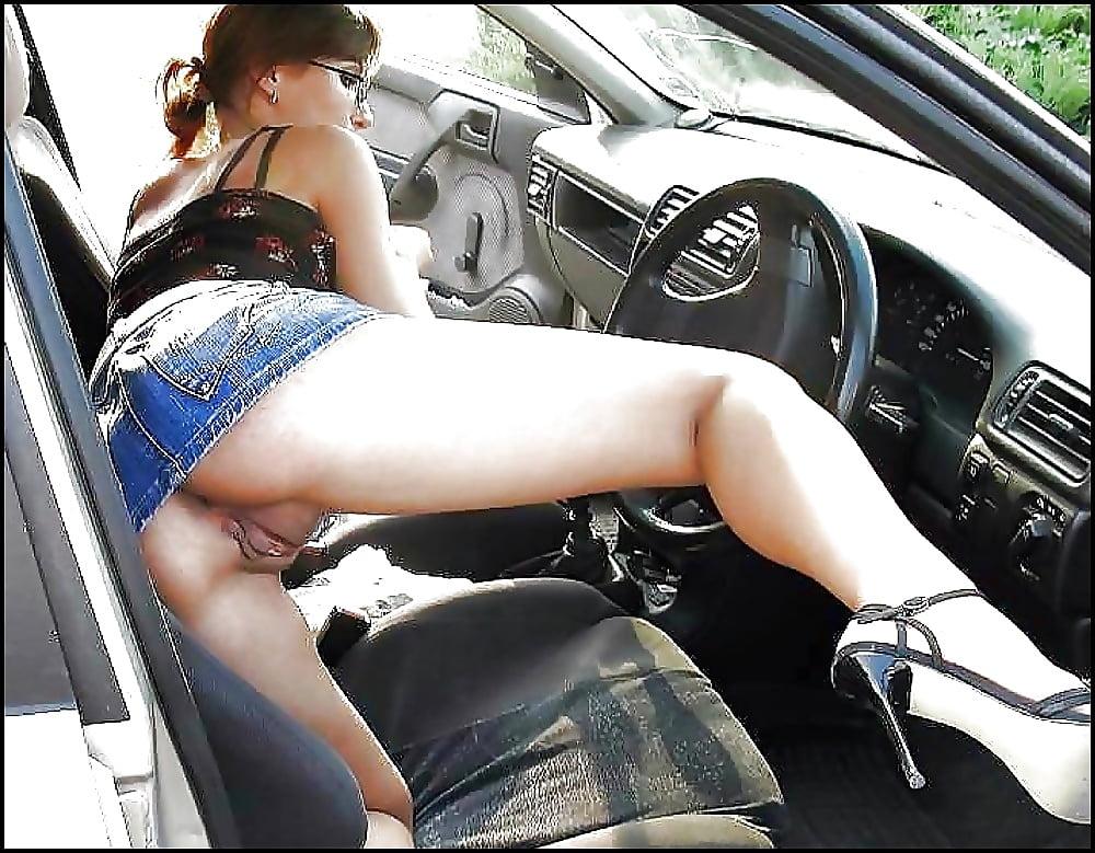 порно девушка у машины в юбке - 6