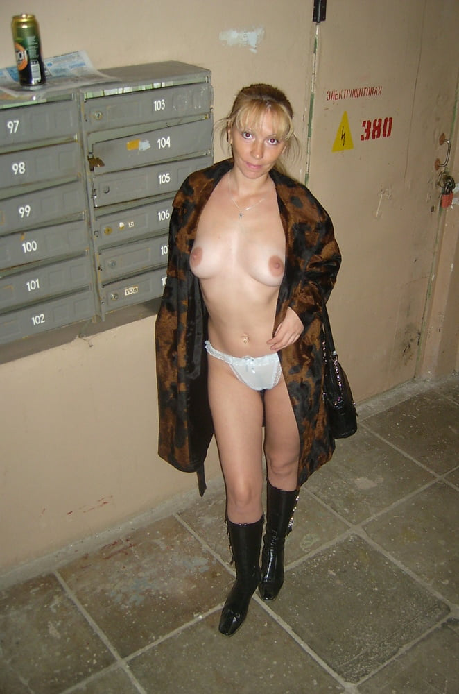 Mature blonde does not hesitate to show her intimate holes - 40 Pics