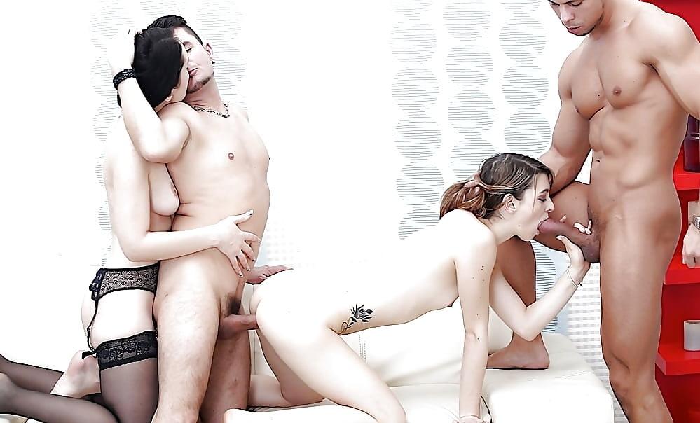 Фото порно видео ебля со сменой партнеров мыльной