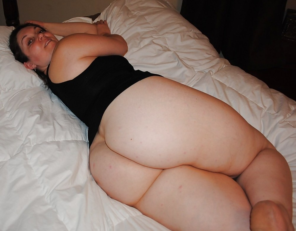 Fat girl waiting naked on bed — photo 5