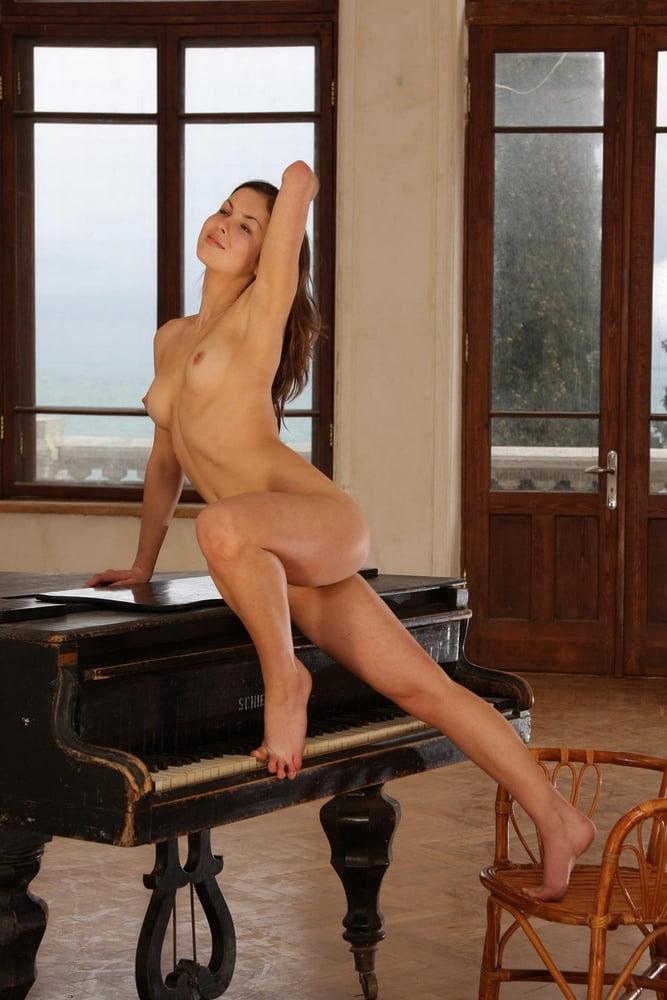 Секс по русски по пианистки, смотреть порно обкончалась на толстом члене любимого
