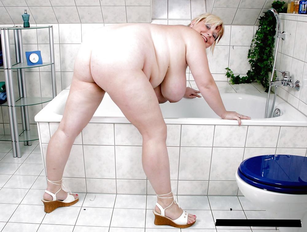 Самое лучшее эротика старая женщина моет пол следы купальника