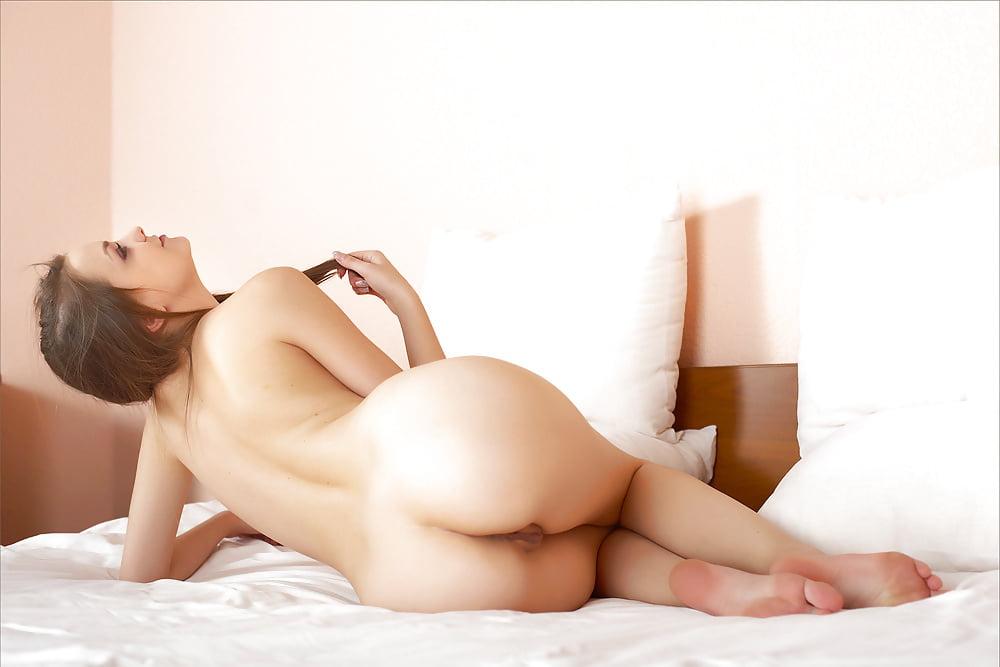 Голые девушки лежа на боку, трахни мою попку фото