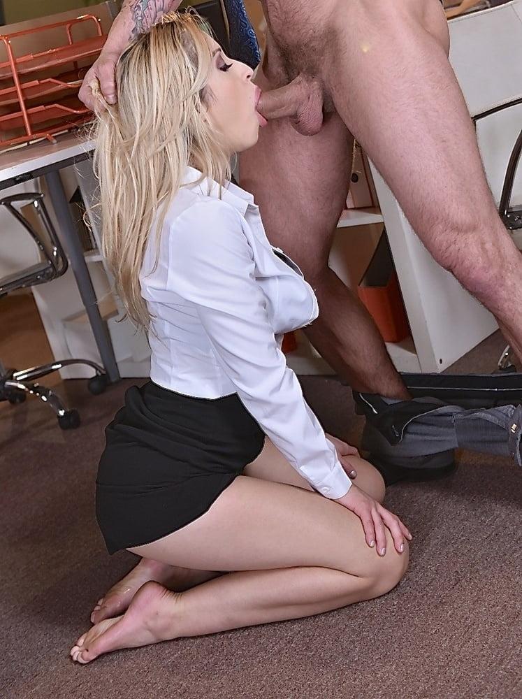 Минет от шикарной блондинки в юбке — pic 4