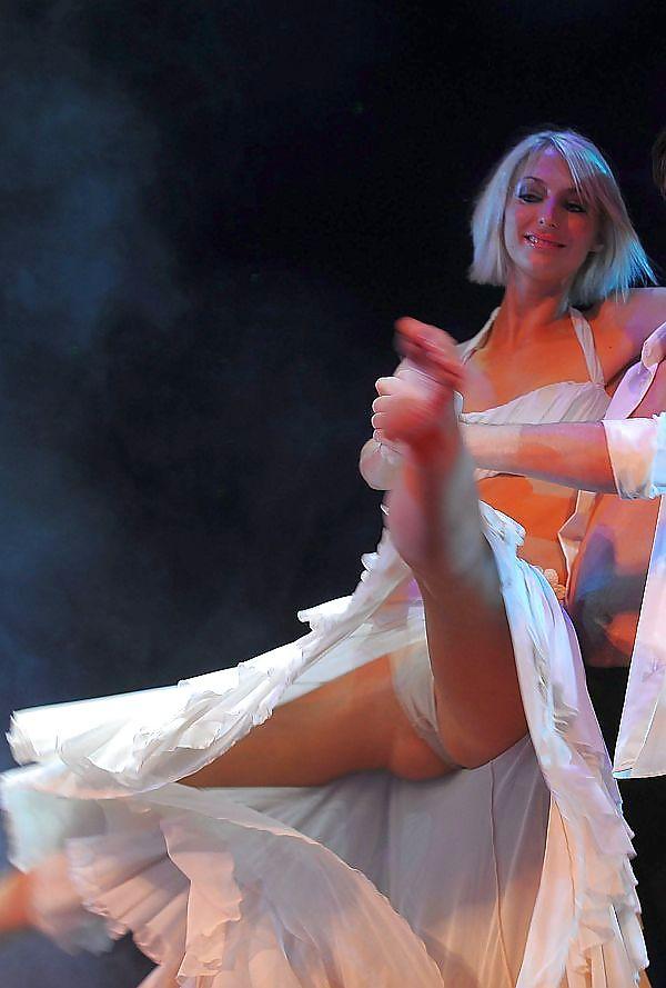Под юбкой в танцах эротика 4