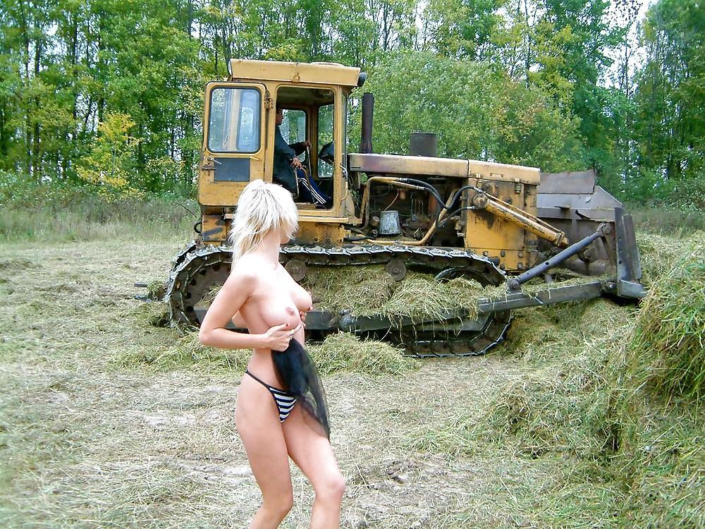 Голые девки в тракторе