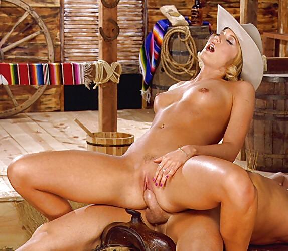 в ковбойской шляпе блондинку ебут подружкой диване, юноша