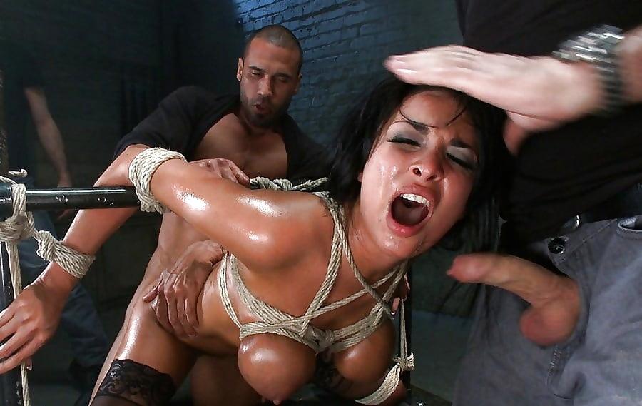 женщину трахают в анал в цепях хватает даже
