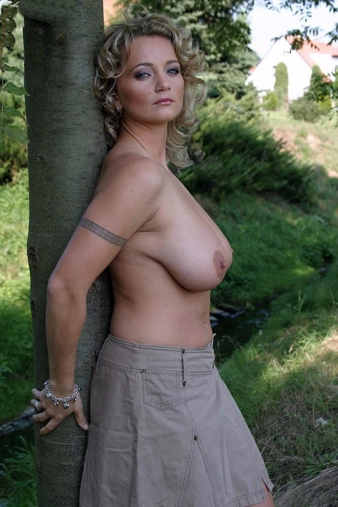 Busty mature babe kaysy spreads her trimmed pussy