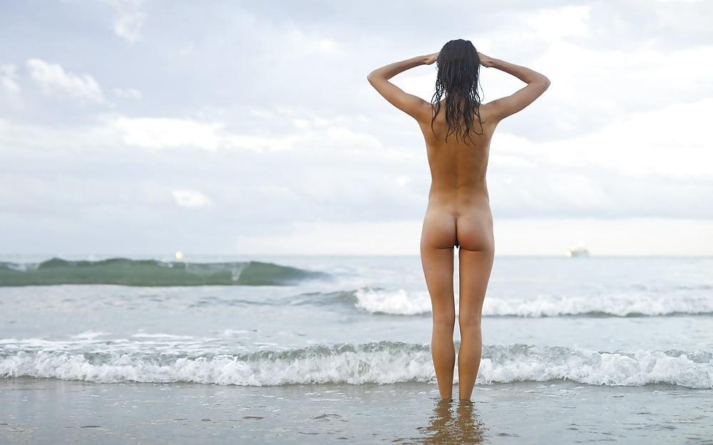 Фото ню сзади на пляже порно фильмы