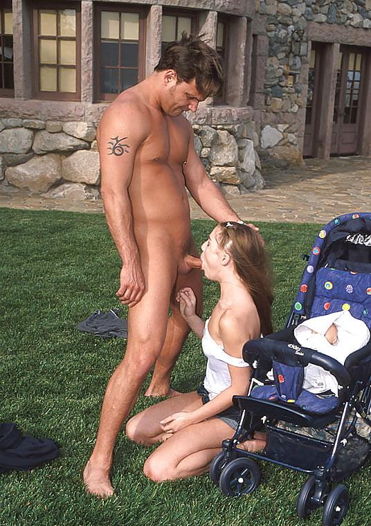 Эро жена с коляской и незнакомец красивыми голыми раздевает