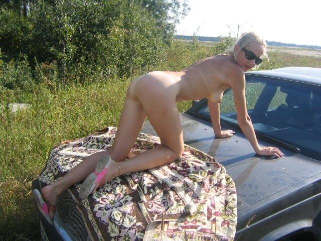 порно жена позирует на капоте автомобиля - 11