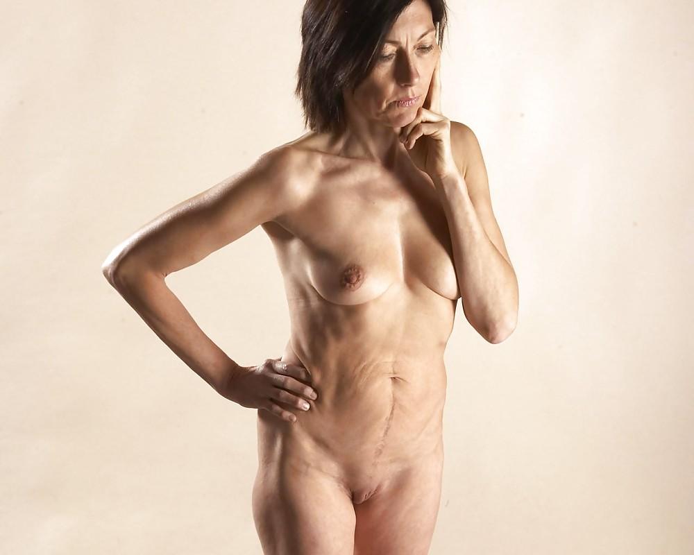 красивая женщина в возрасте раздевается