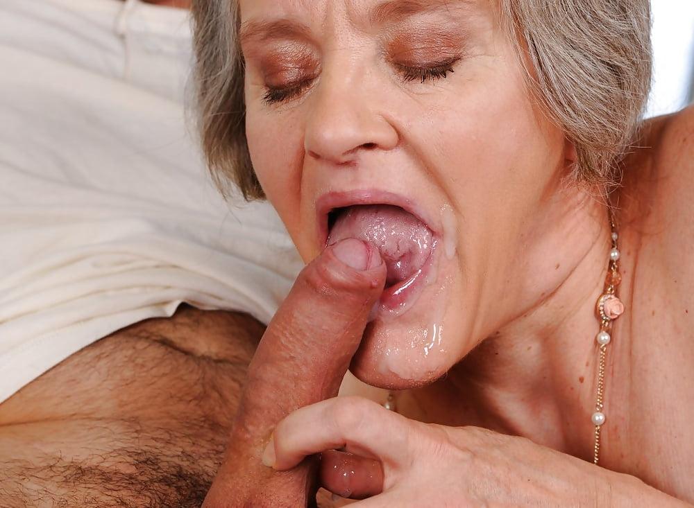 смотреть как в возрасте женщины глотают сперму - 14