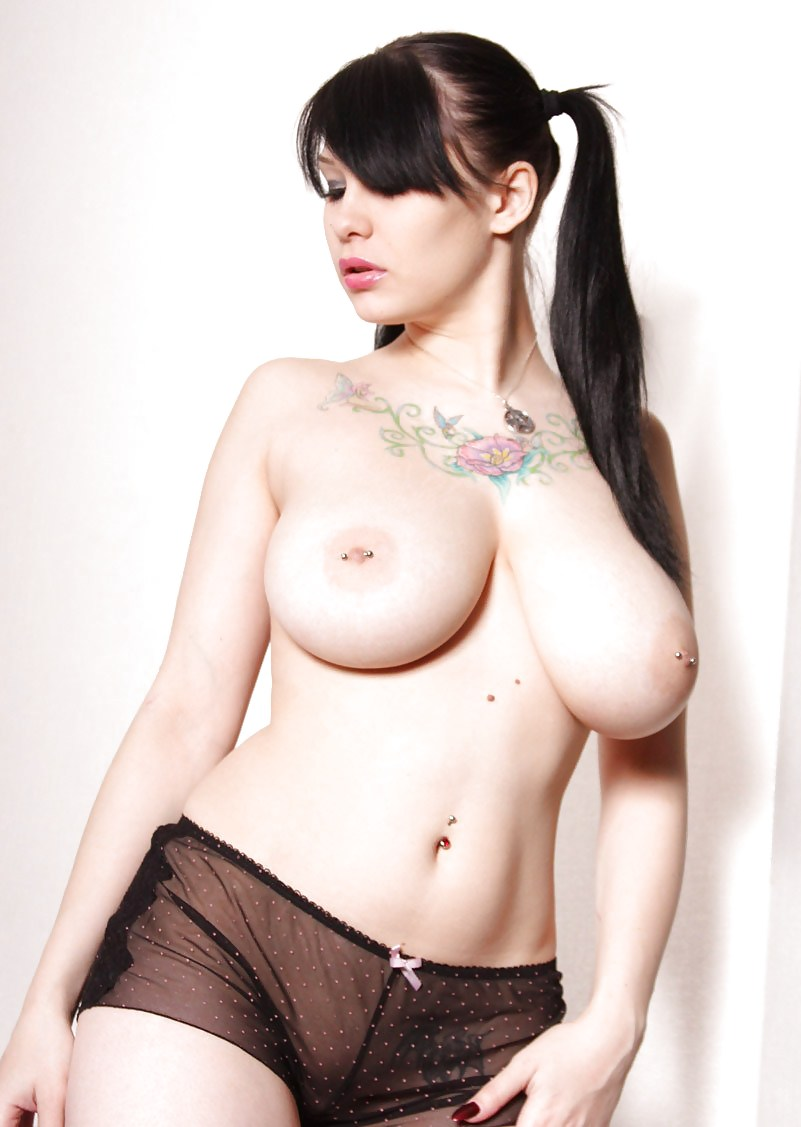 Goth girl with saggy tits gris butt