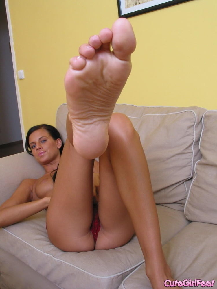 cruz-naked-girls-sucking-feet