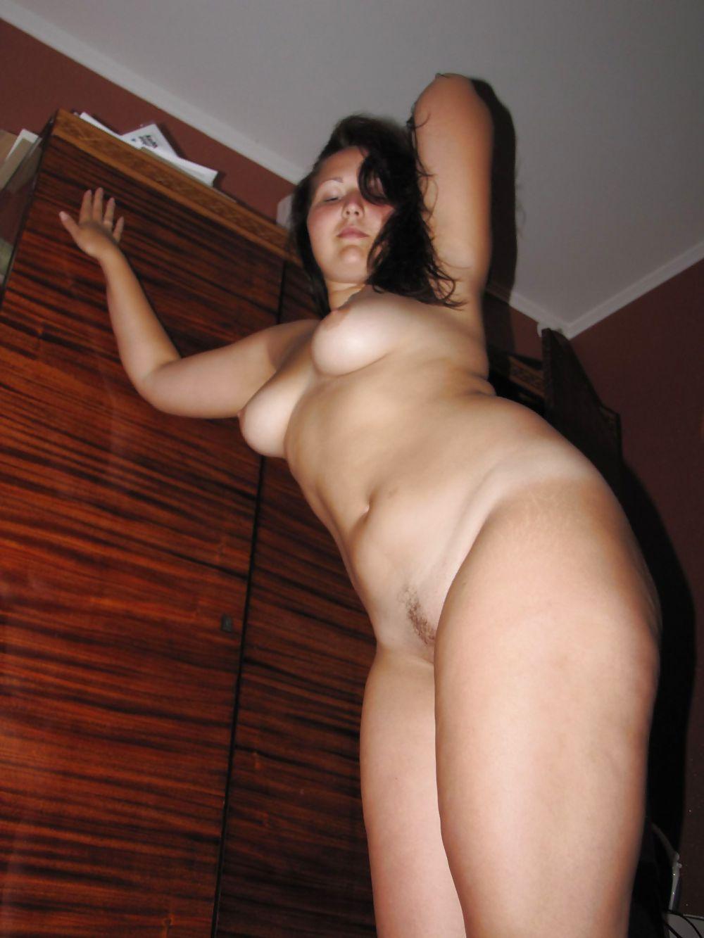 секс фото дома брюнетка в теле знаменитой