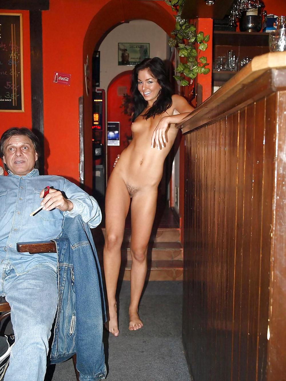 Обнаженная девушка в ресторане