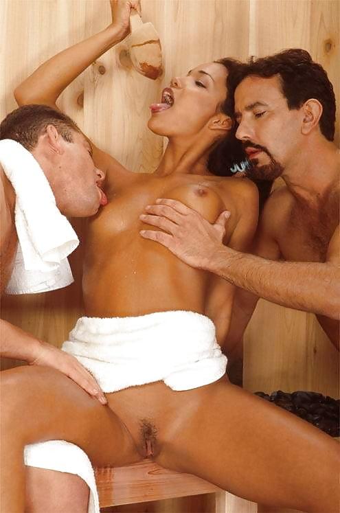 Порно несколько мужчин ласкают женщину другом