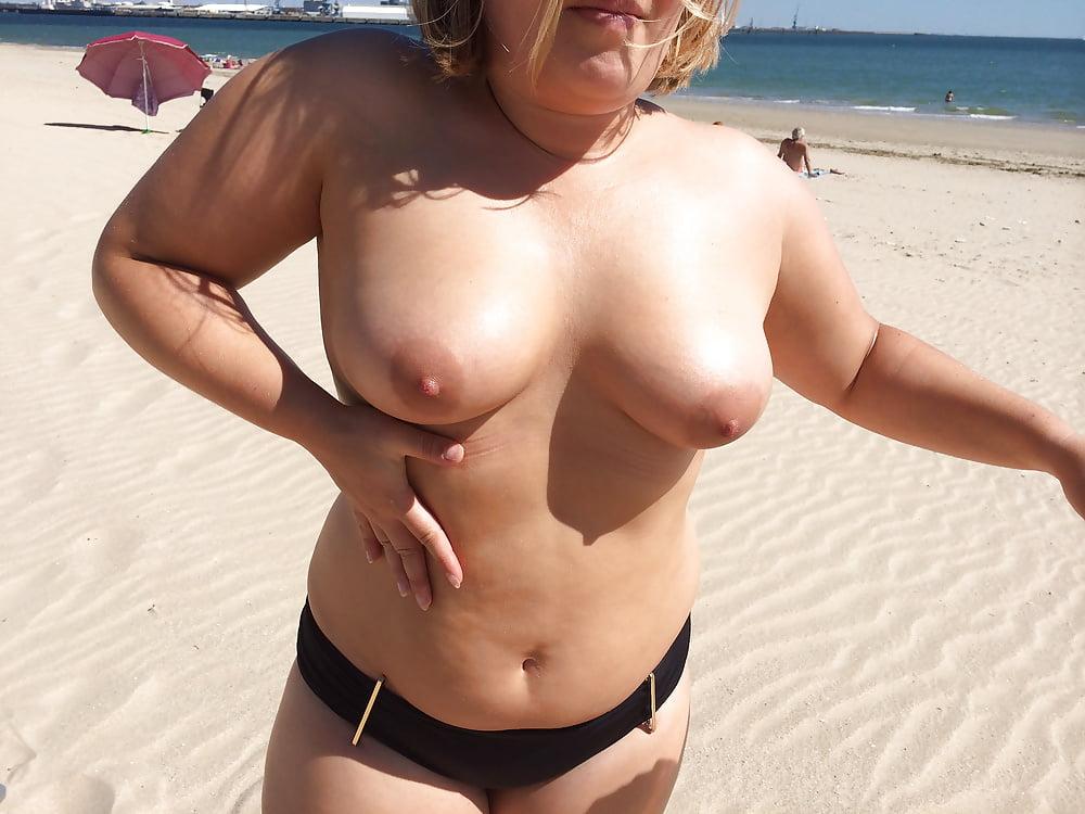 Полненькие топлесс на пляже