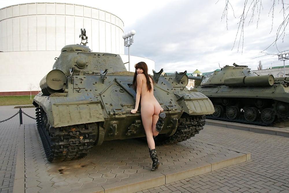 Голая девка на танке — pic 9