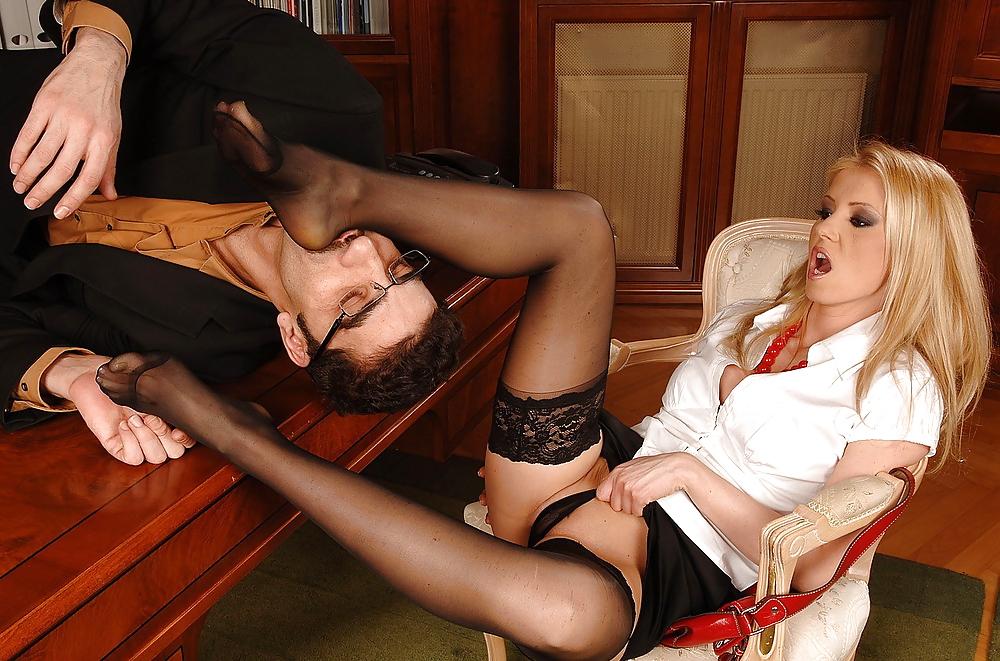 Мужик лижет ноги девушкам в колготках видео куколка секс