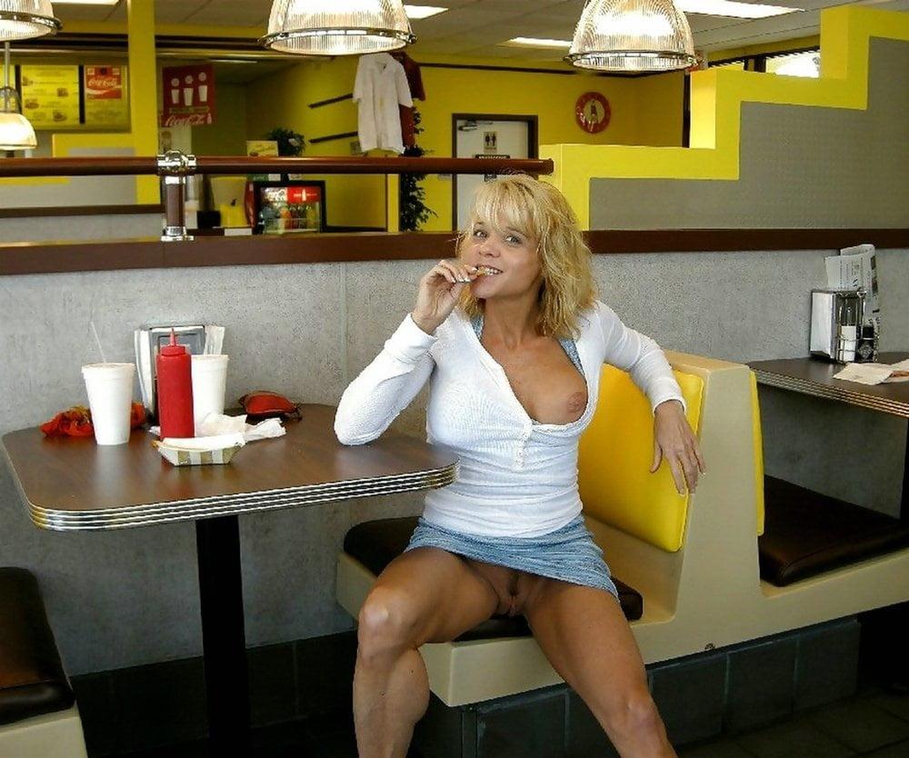 видео жена без трусиков в ресторане приблизился нему