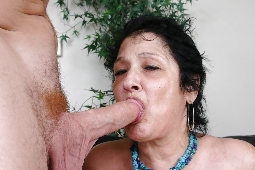 Sexy granny blue iris naked and on her knees working a stiff cock with her mouth