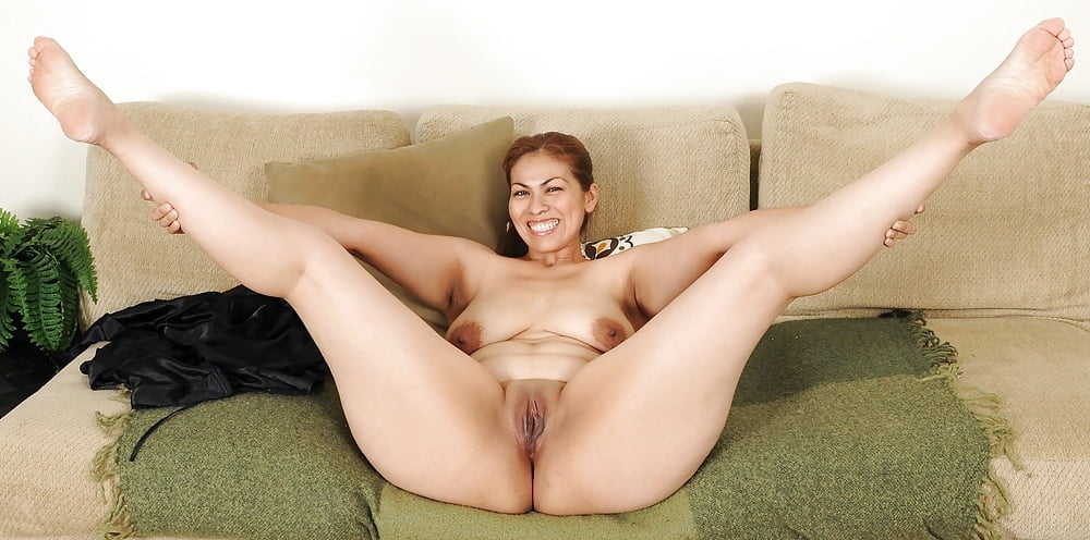 Mature blonde lady spreading her legs and pussy