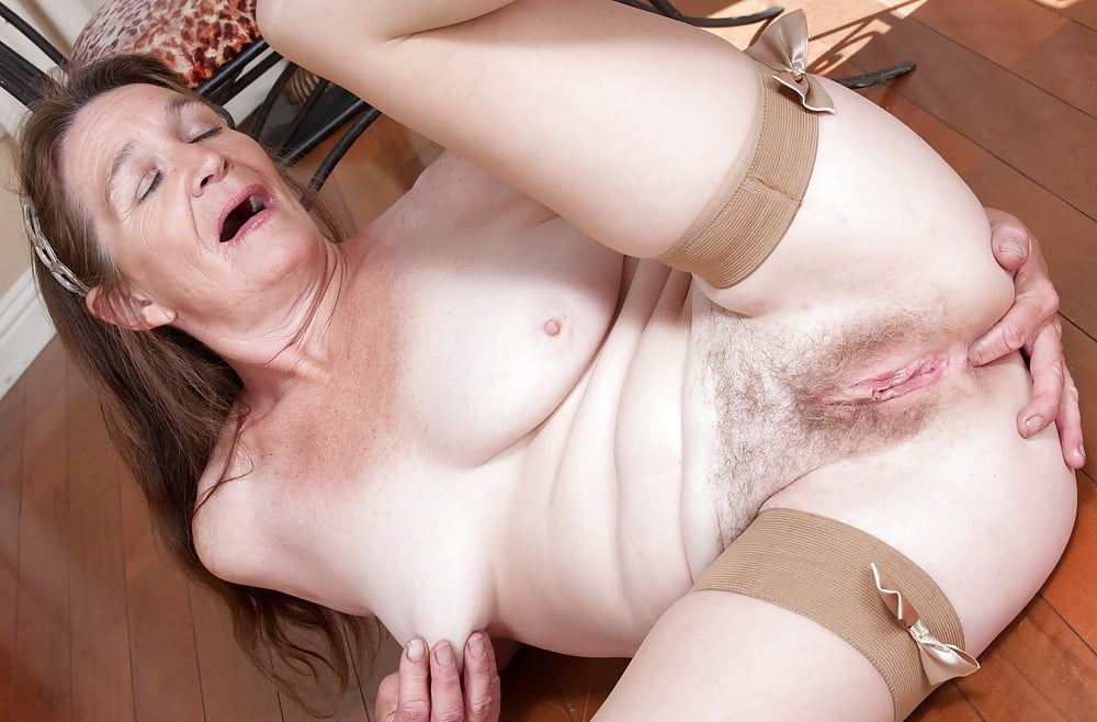 Hot to trot delivery boy jug fucks and pussy pounds a chubby mature chick