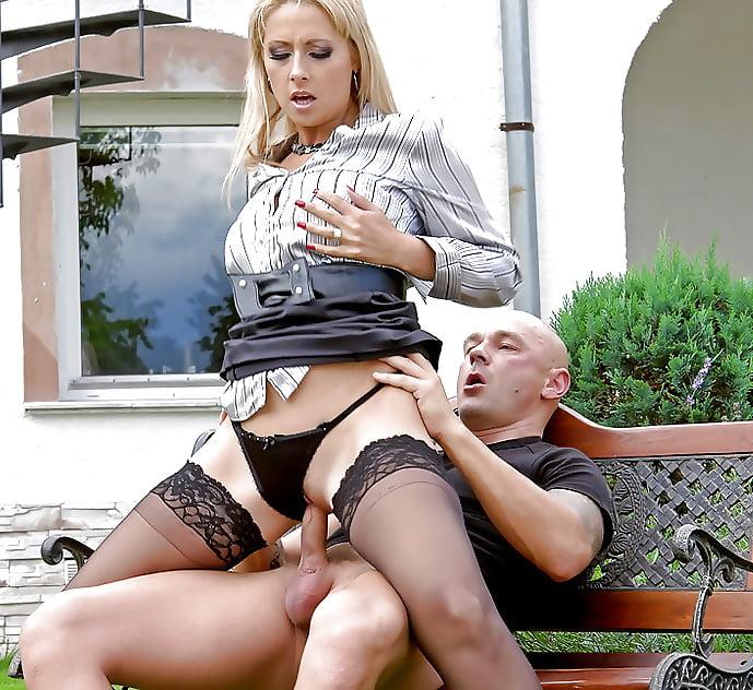 seks-s-blondinkoy-v-plate-smotri